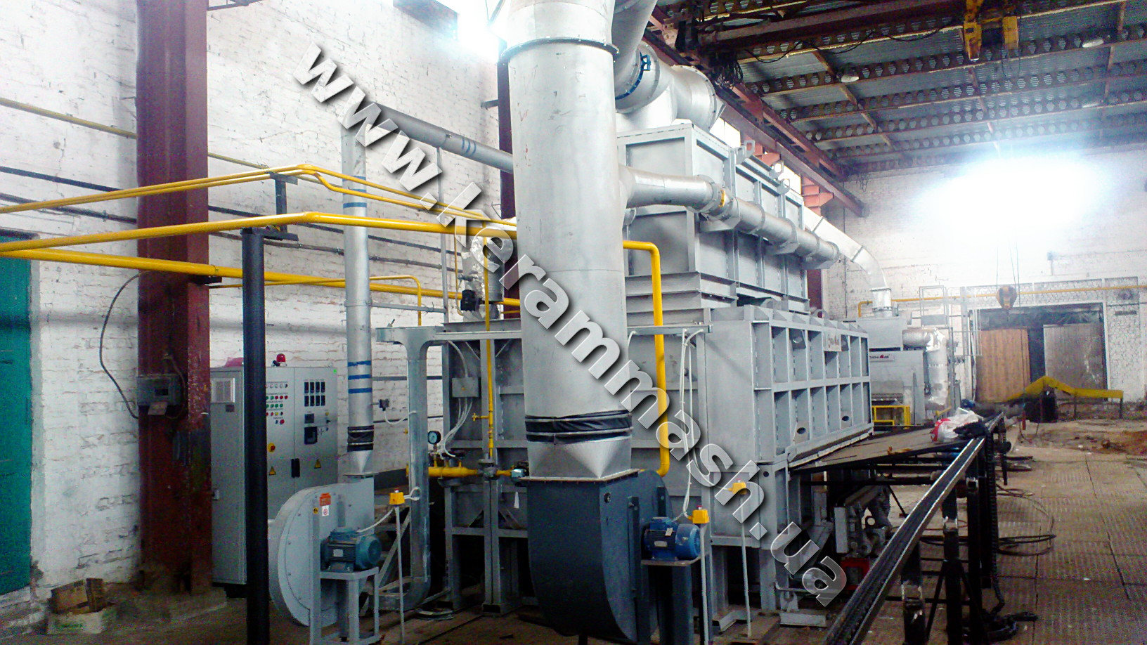 Industrial walking beam furnace with gas heating