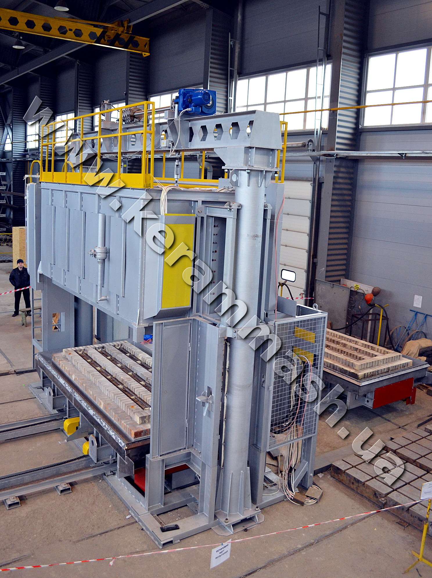 Industrial bell-type furnace for heat treatment