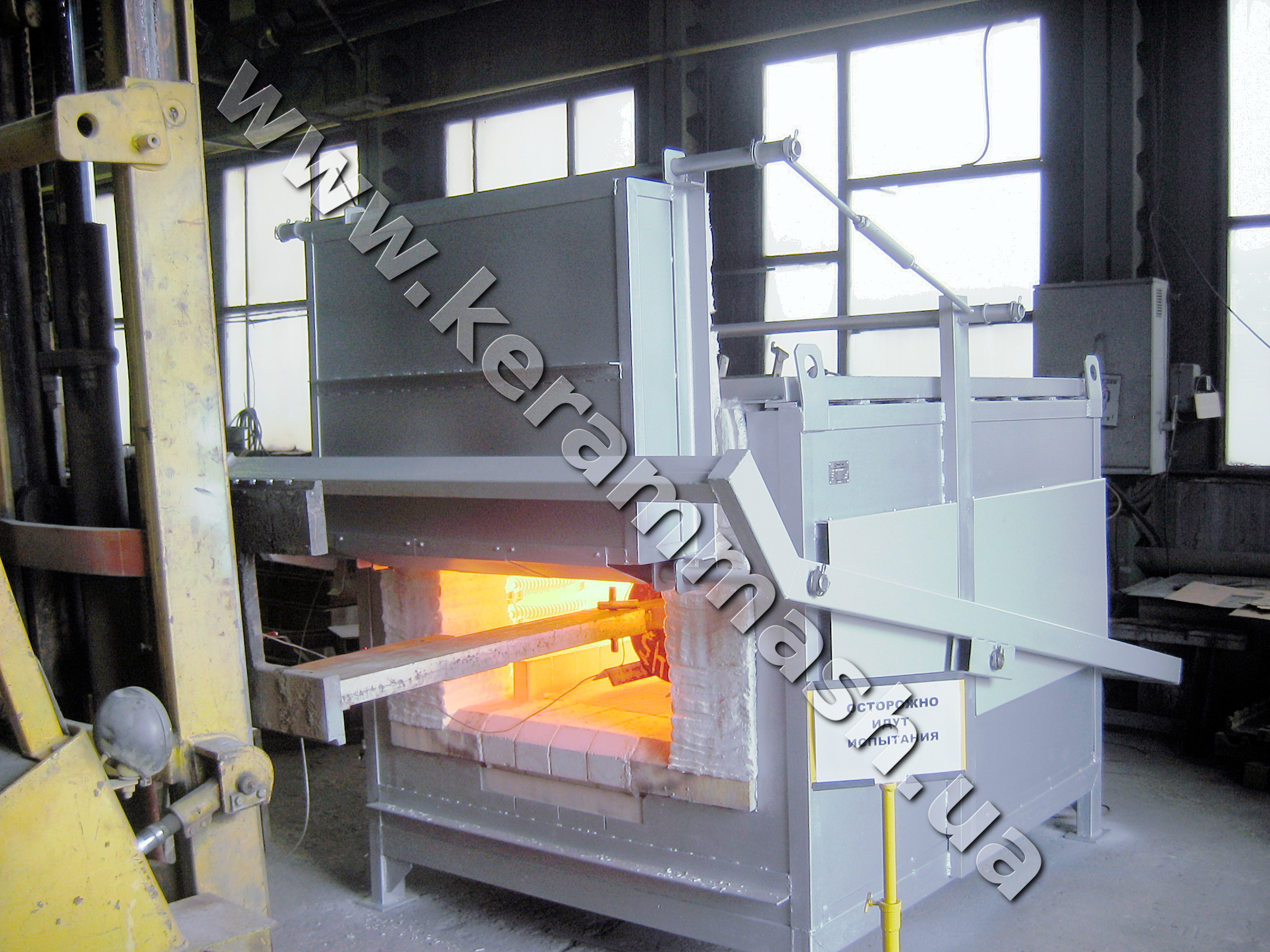 Industrial batch heating furnace electrically heated with stationary hearth