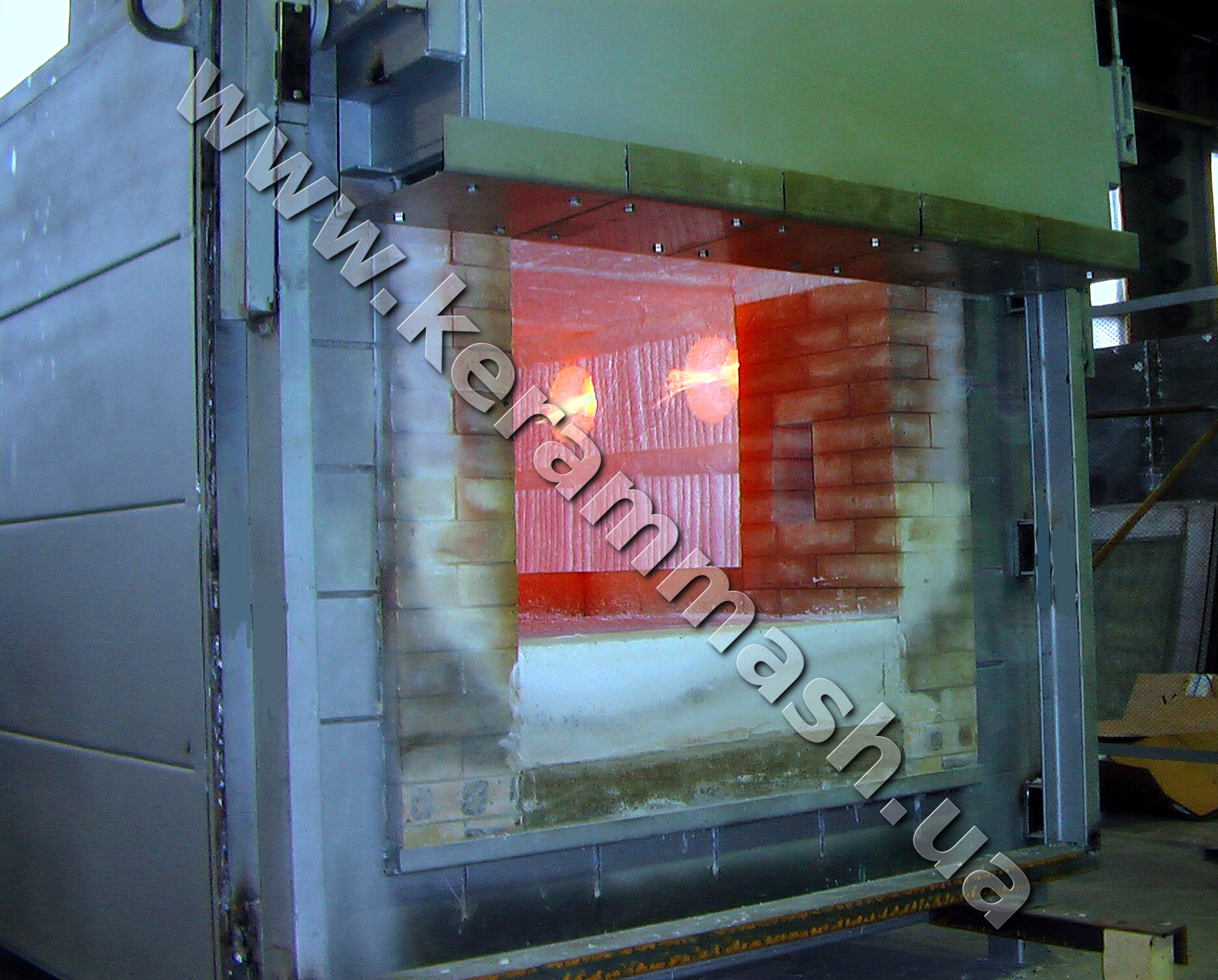 Industrial batch heating furnace gas heated with stationary hearth